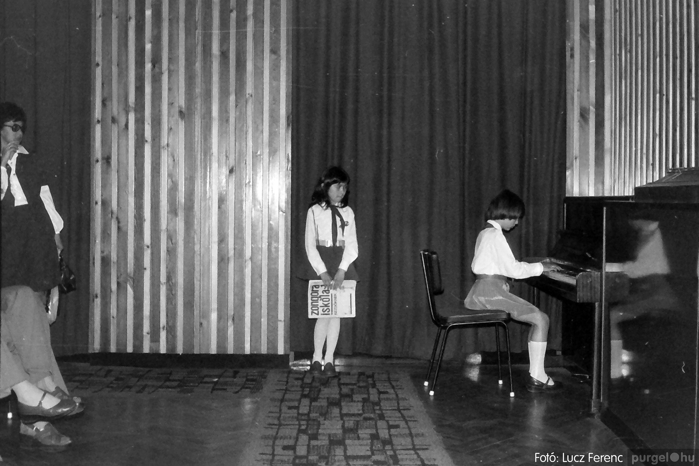 076. 1977. Iskolások fellépése a kultúrházban 024. - Fotó: Lucz Ferenc.jpg