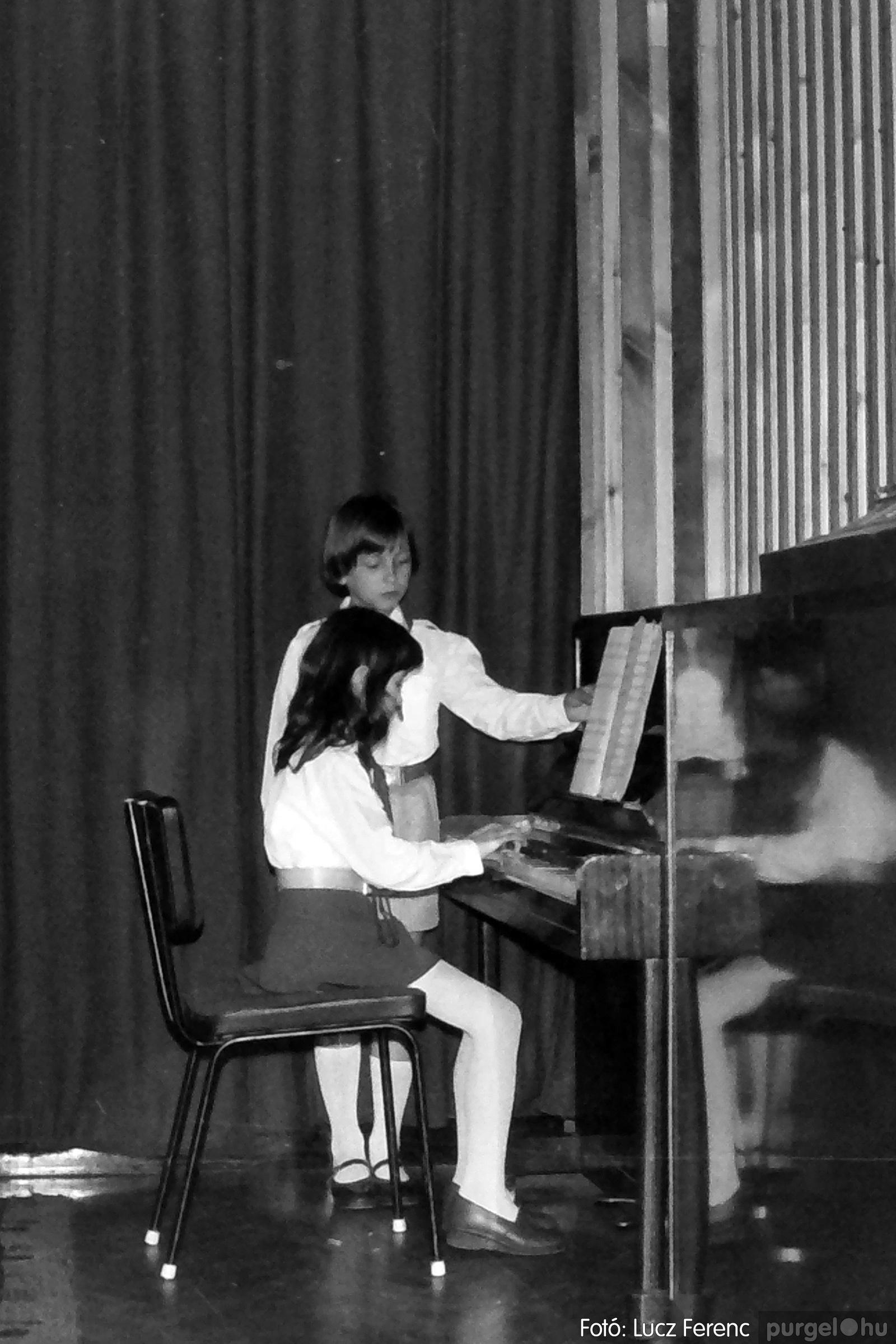 076. 1977. Iskolások fellépése a kultúrházban 023. - Fotó: Lucz Ferenc.jpg