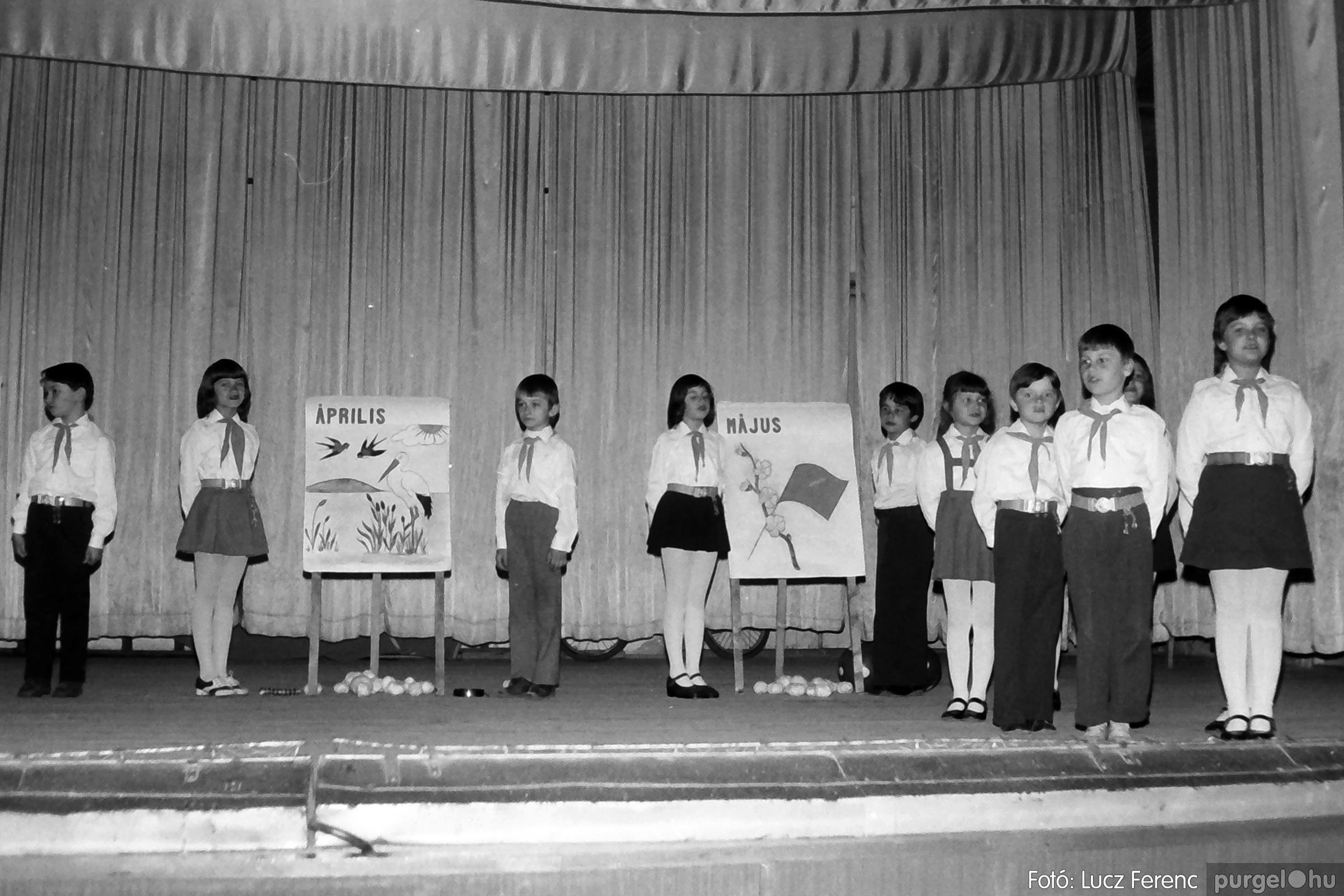 076. 1977. Iskolások fellépése a kultúrházban 017. - Fotó: Lucz Ferenc.jpg