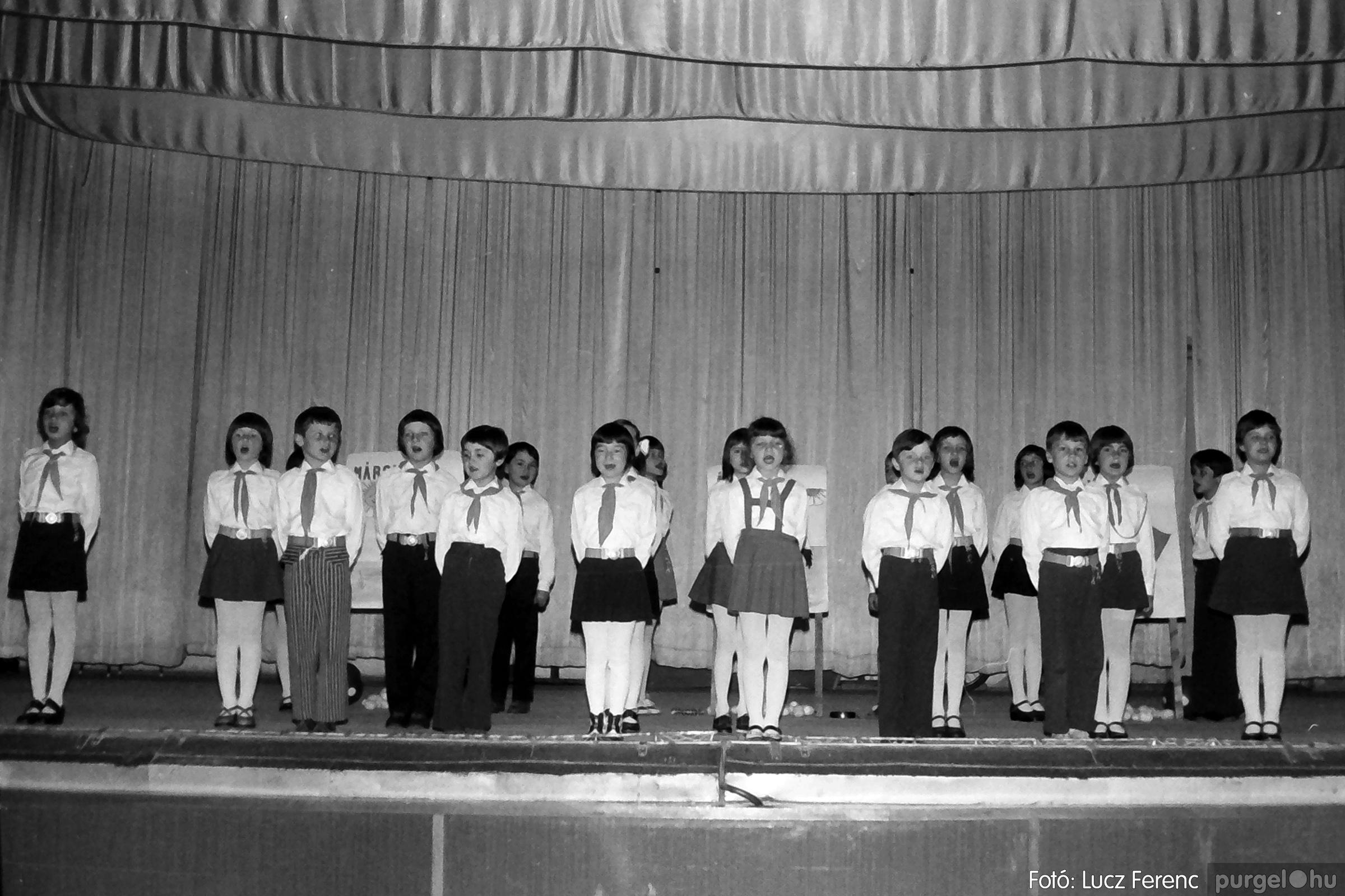 076. 1977. Iskolások fellépése a kultúrházban 014. - Fotó: Lucz Ferenc.jpg