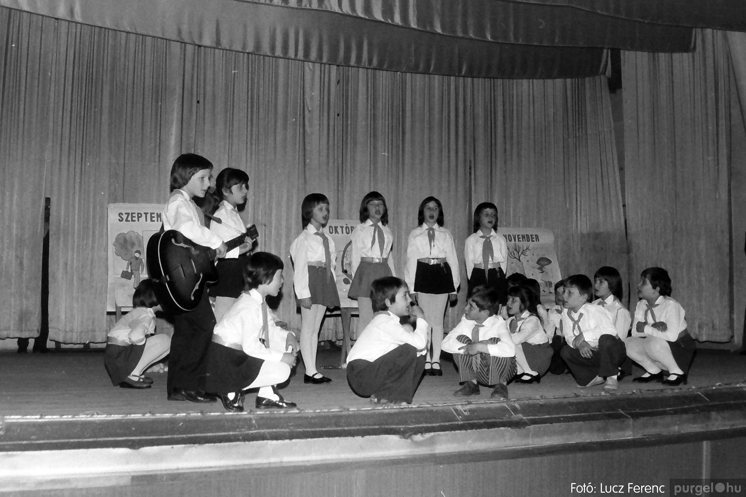 076. 1977. Iskolások fellépése a kultúrházban 013. - Fotó: Lucz Ferenc.jpg