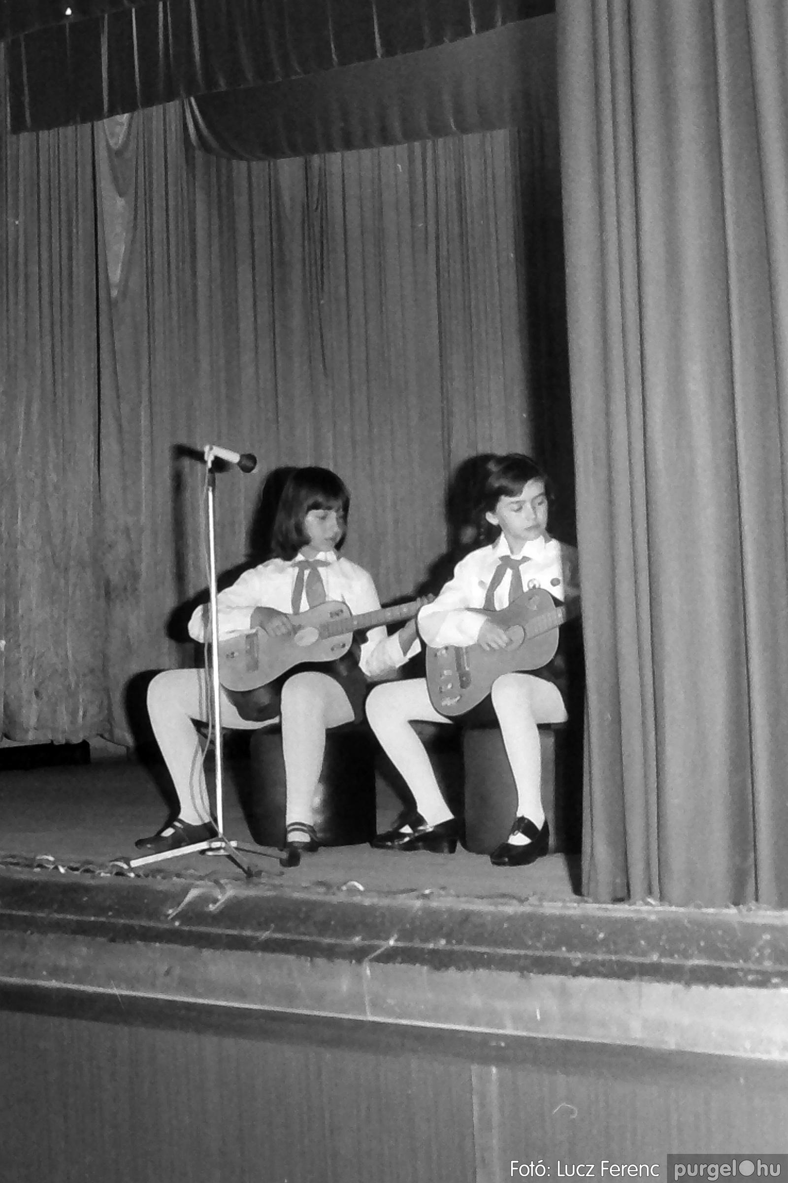 076. 1977. Iskolások fellépése a kultúrházban 011. - Fotó: Lucz Ferenc.jpg