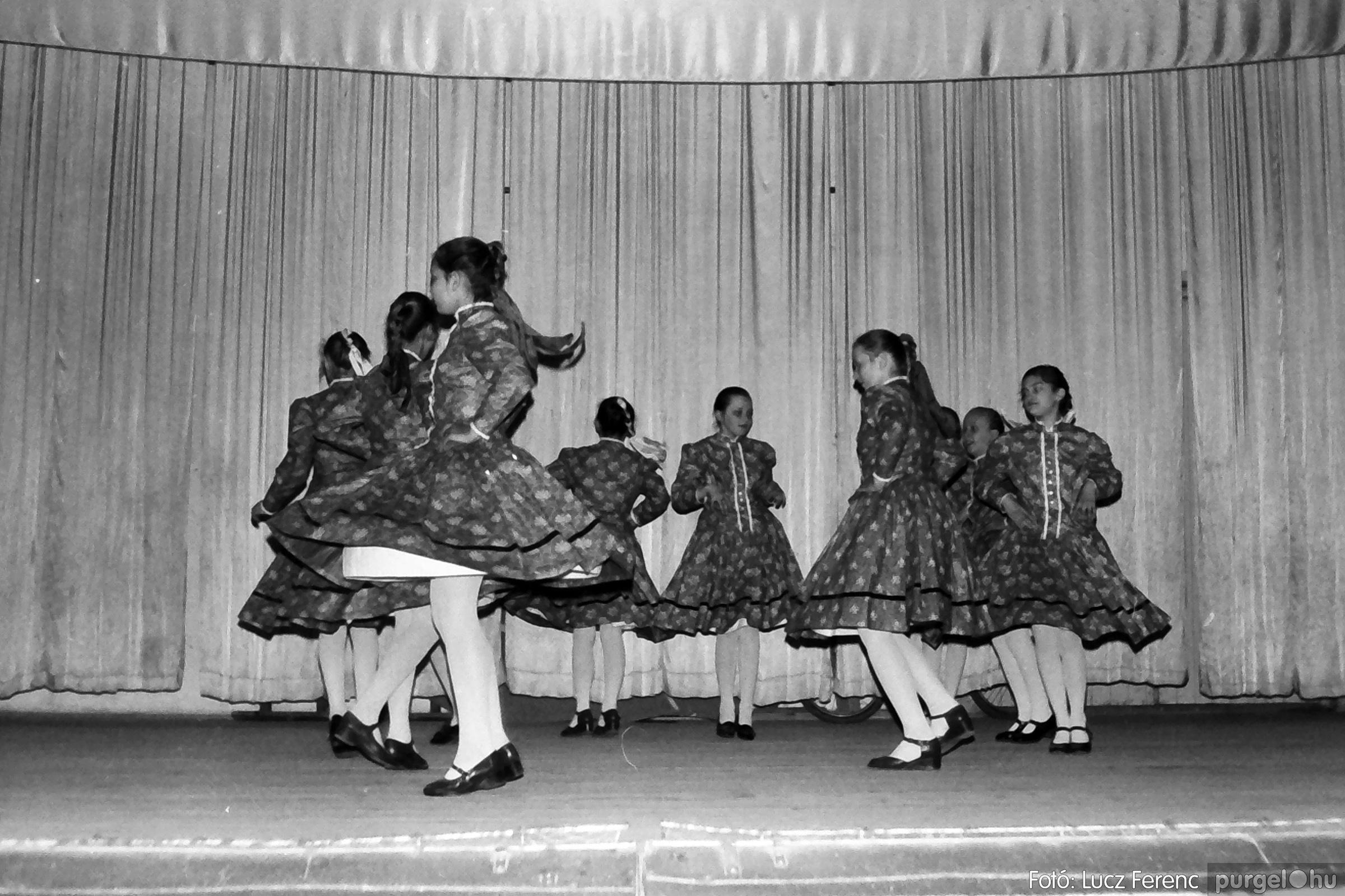 076. 1977. Iskolások fellépése a kultúrházban 005. - Fotó: Lucz Ferenc.jpg