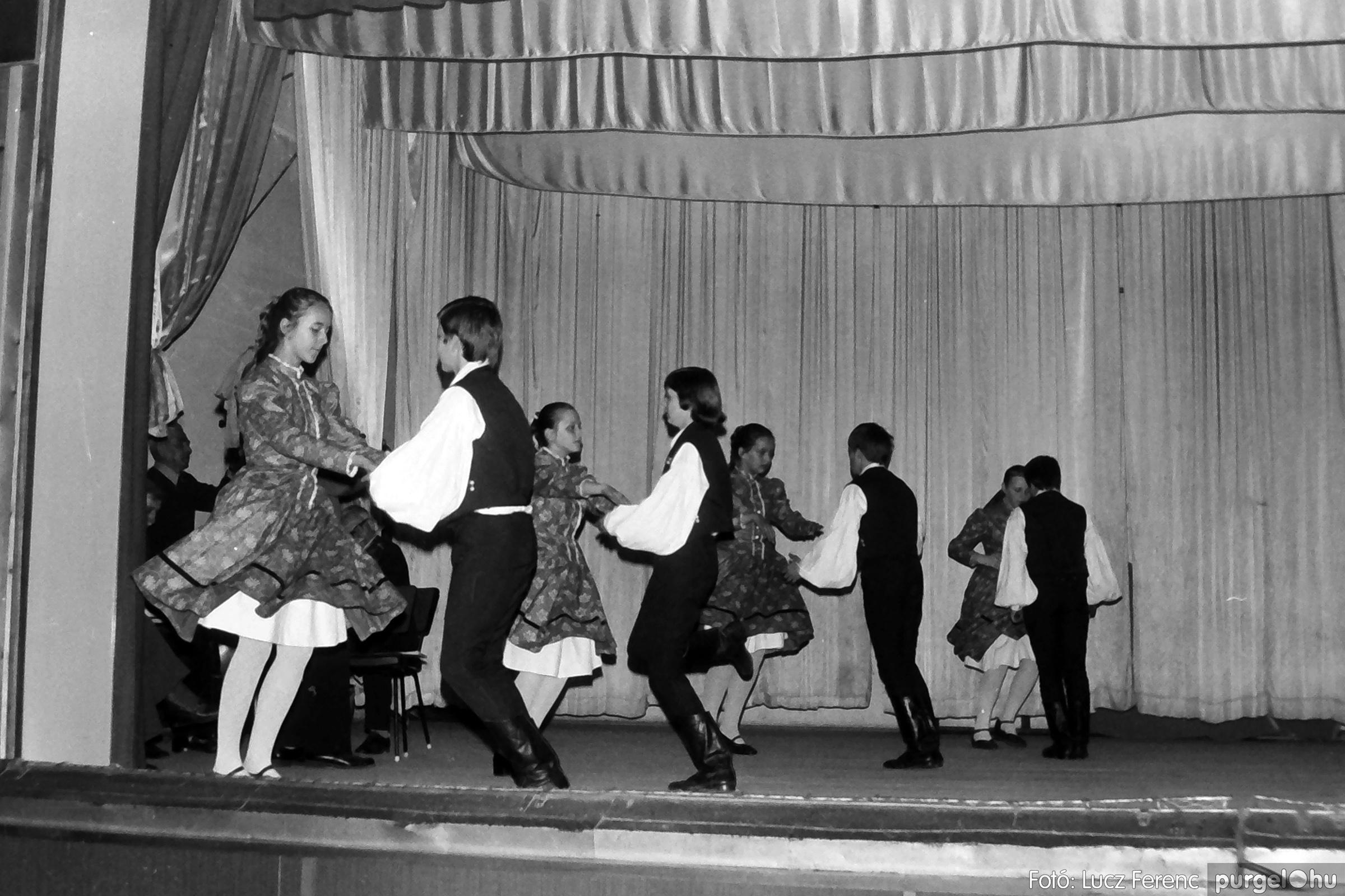 076. 1977. Iskolások fellépése a kultúrházban 004. - Fotó: Lucz Ferenc.jpg
