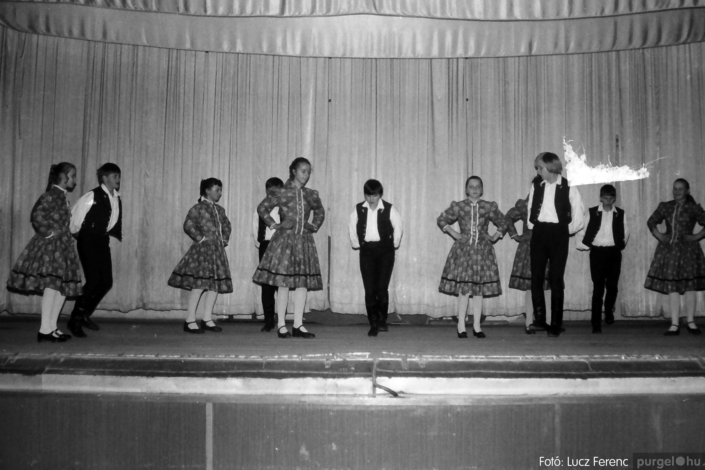 076. 1977. Iskolások fellépése a kultúrházban 003. - Fotó: Lucz Ferenc.jpg