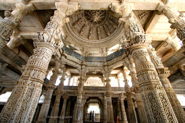 Il Tempio Bianco di Ranakpur: lo Splendore Marmoreo di 1.444 Colonne tutte Diverse l'Una dall'Altra