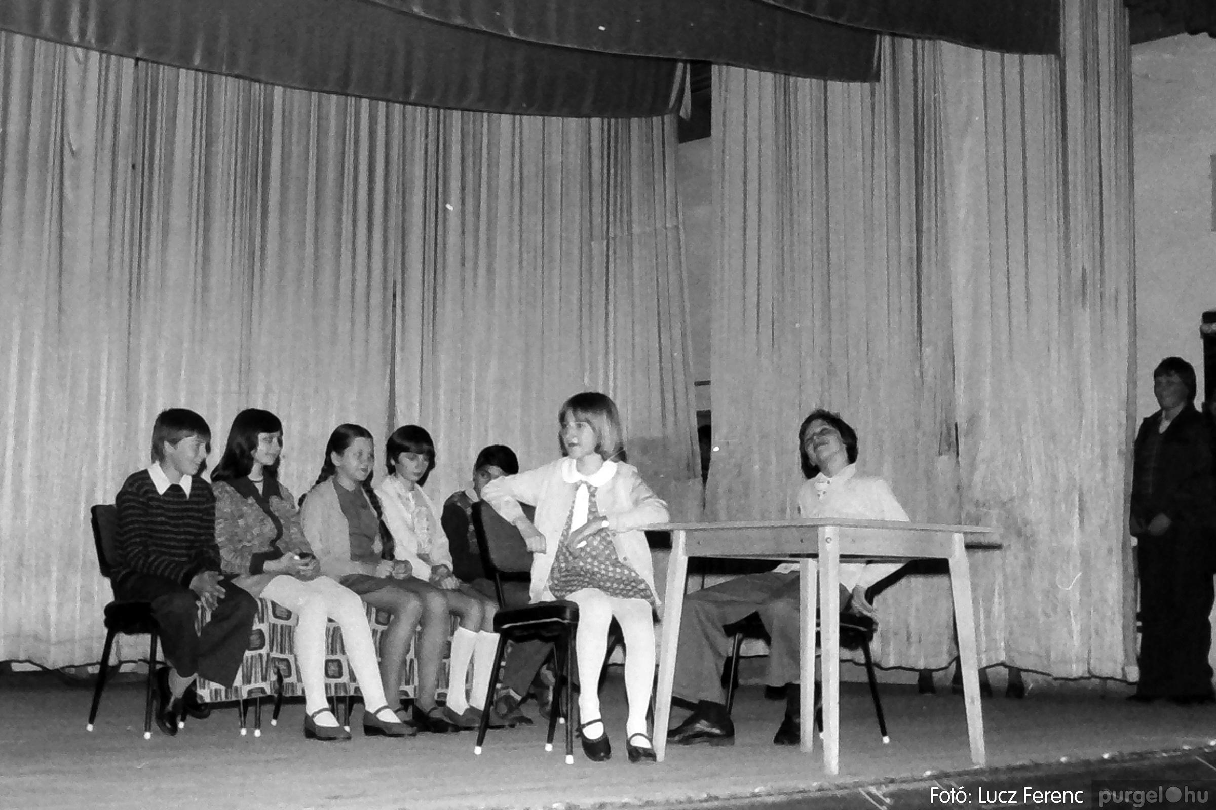 077. 1977. Iskolások fellépése a kultúrházban 028. - Fotó: Lucz Ferenc.jpg