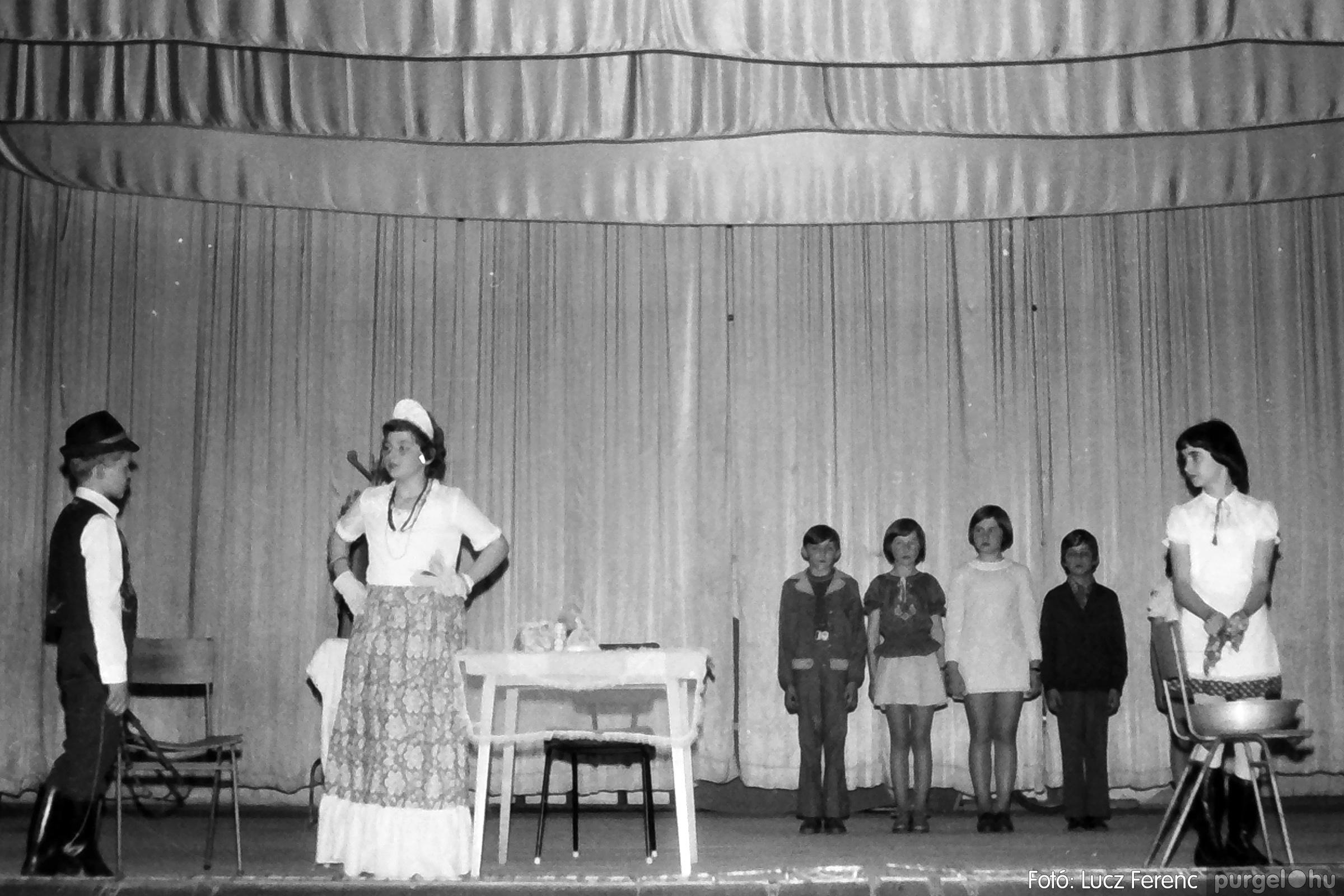 077. 1977. Iskolások fellépése a kultúrházban 025. - Fotó: Lucz Ferenc.jpg