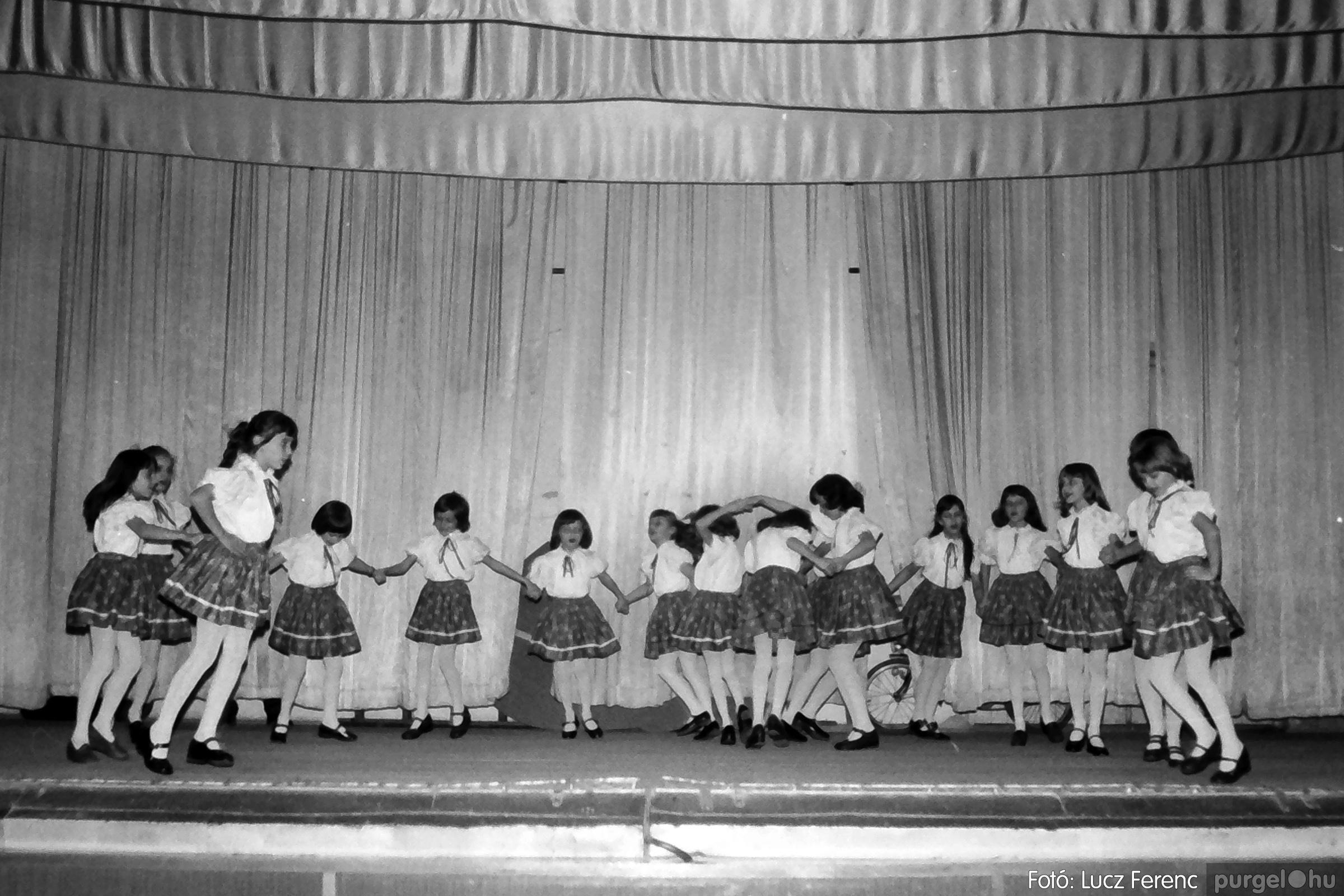 076. 1977. Iskolások fellépése a kultúrházban 022. - Fotó: Lucz Ferenc.jpg