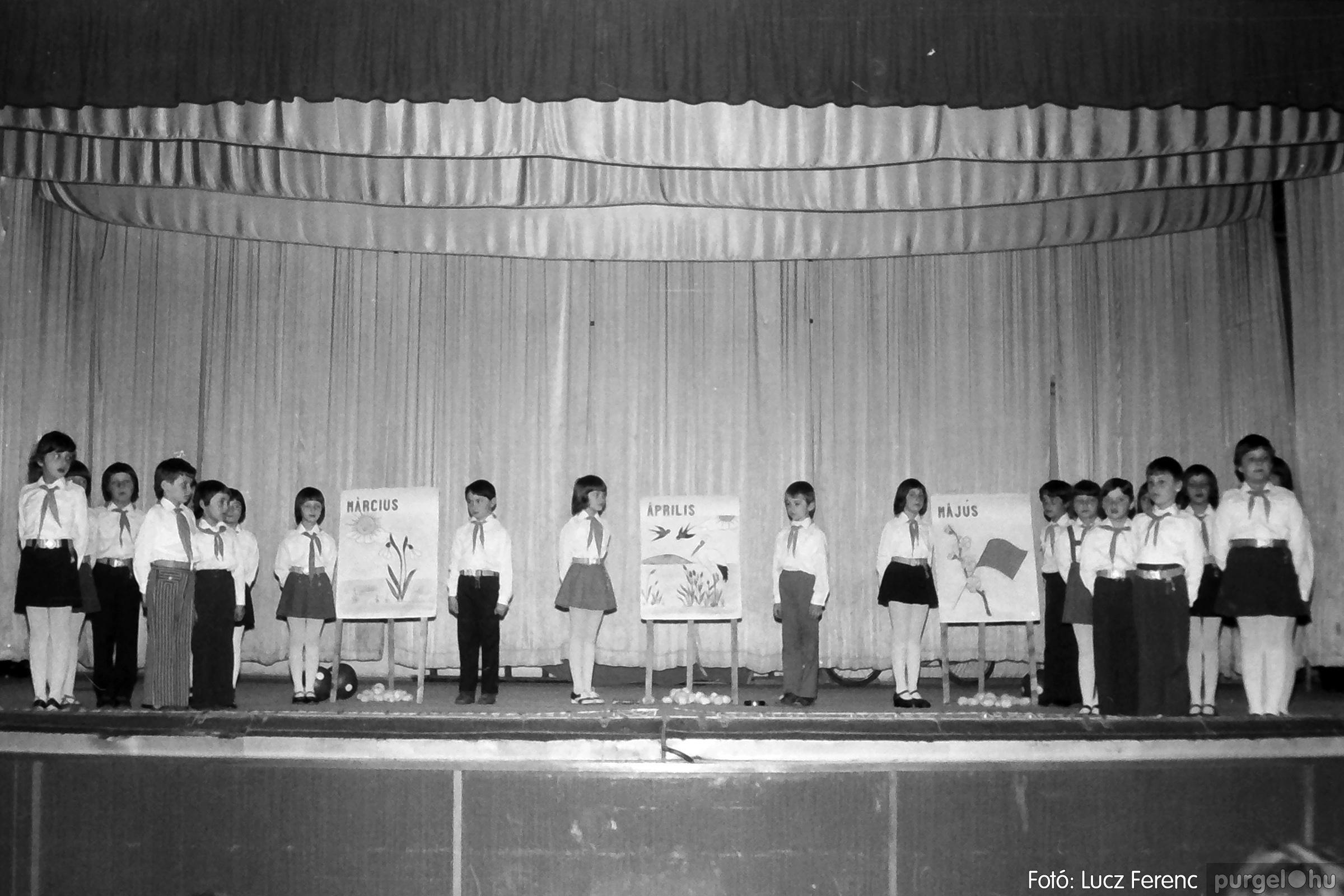 076. 1977. Iskolások fellépése a kultúrházban 015. - Fotó: Lucz Ferenc.jpg