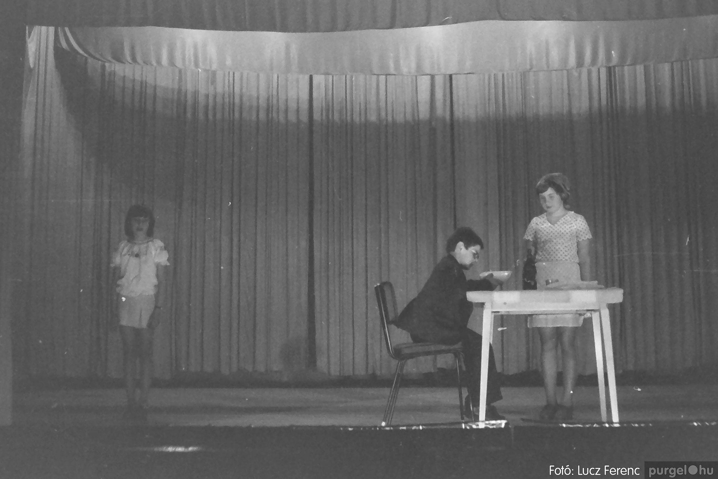 076. 1977. Iskolások fellépése a kultúrházban 002. - Fotó: Lucz Ferenc.jpg