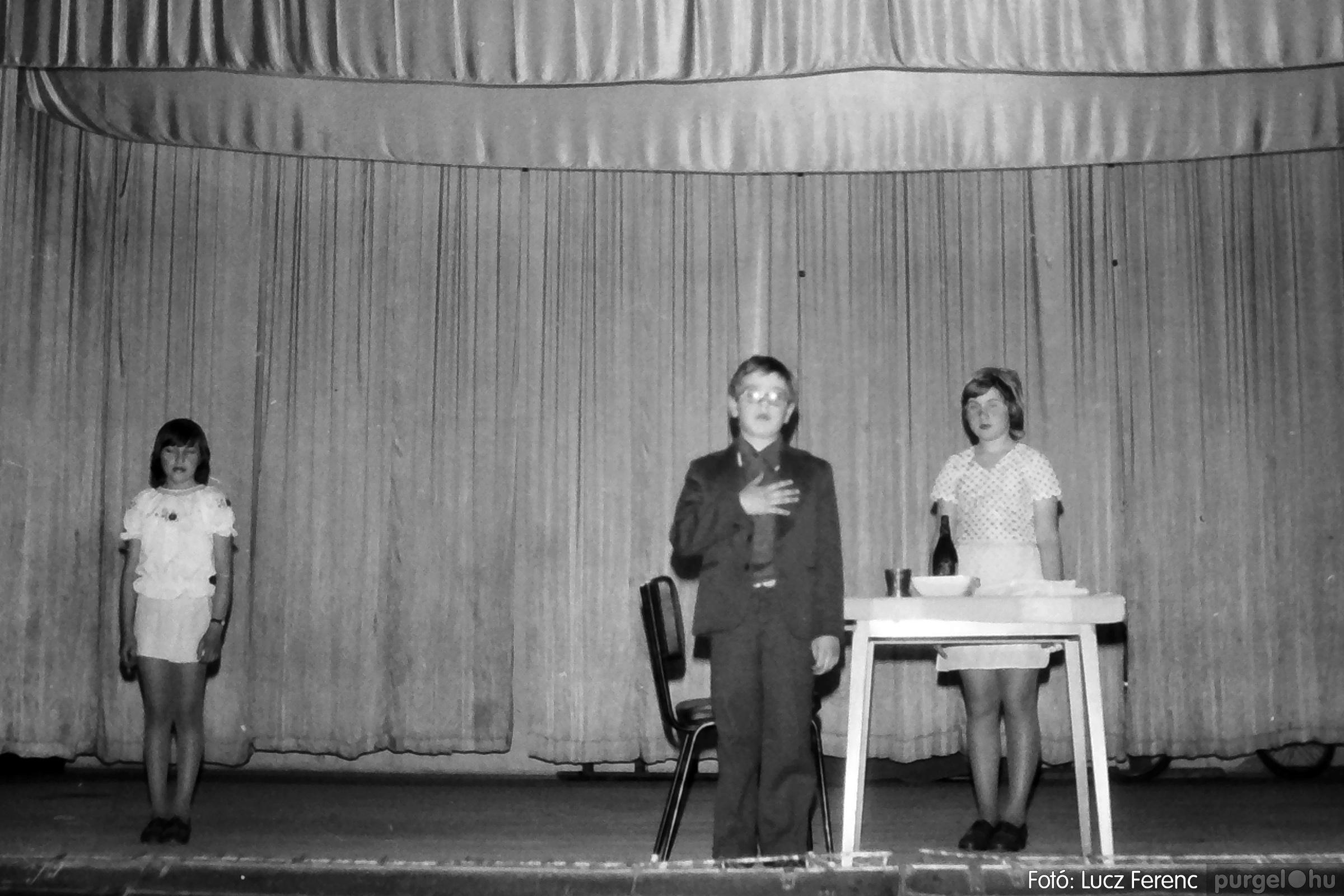 076. 1977. Iskolások fellépése a kultúrházban 001. - Fotó: Lucz Ferenc.jpg