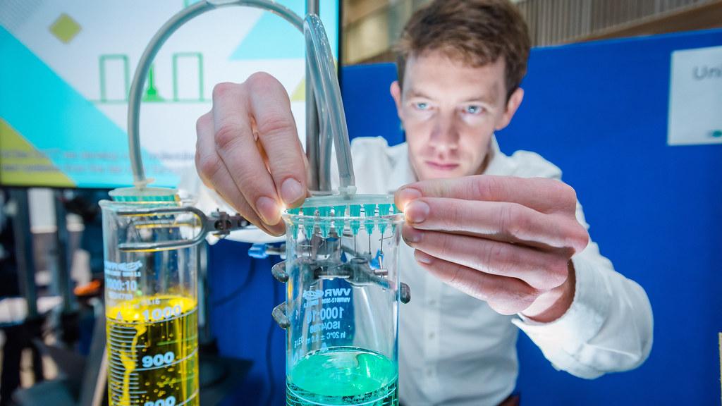 学生将管子固定在装有有色液体的量筒上