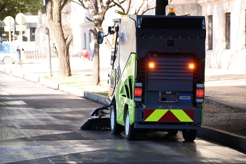 El COyS incorpora barredoras para limpiar veredas, peatonales y las supermanzanas (4)