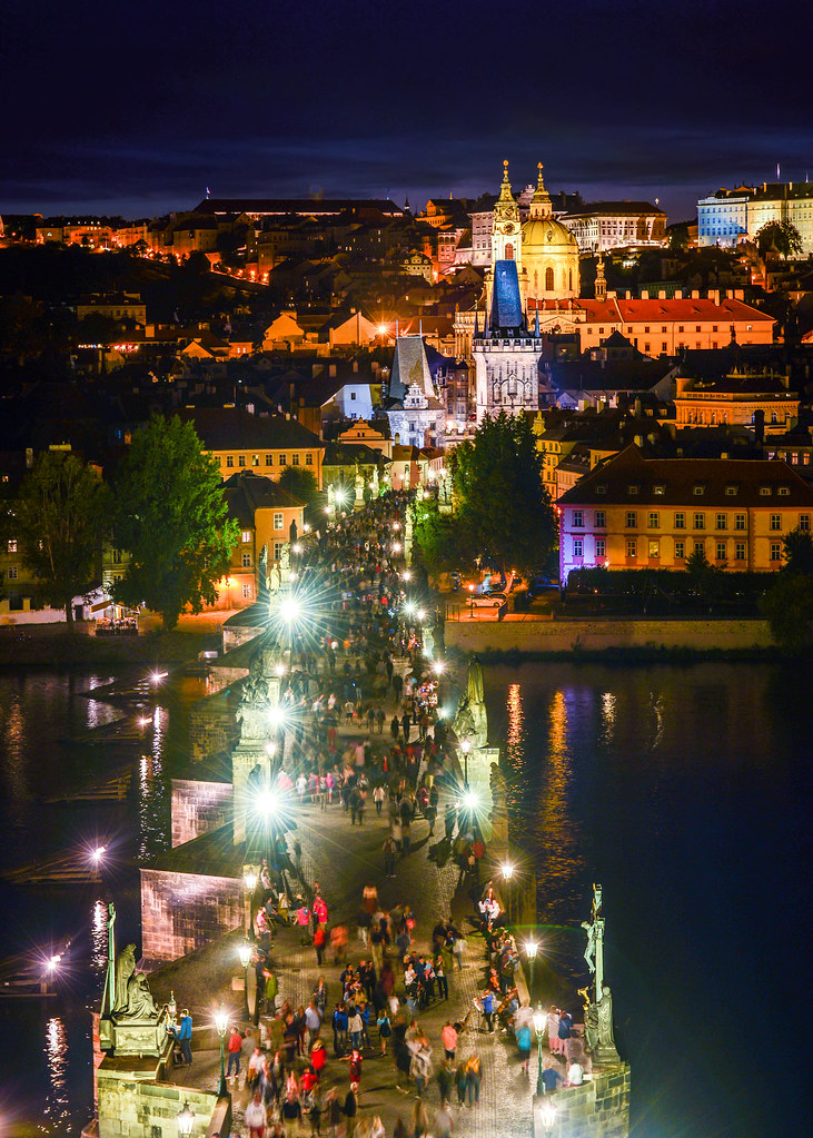 Puente de Carlos de noche desde la torre de la ciudad vieja de Praga