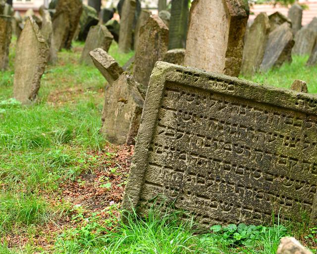 Letras hebreas en las lápidas del cementerio judío de Praga