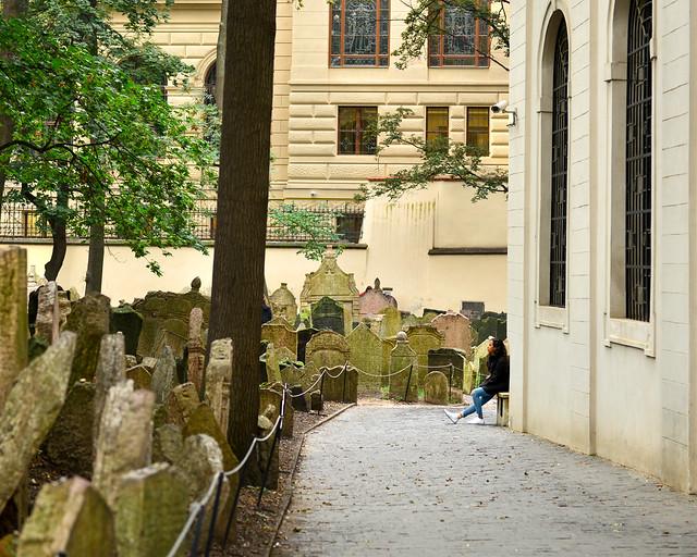 Sentados frente a la montaña de lápidas del cementerio de Praga