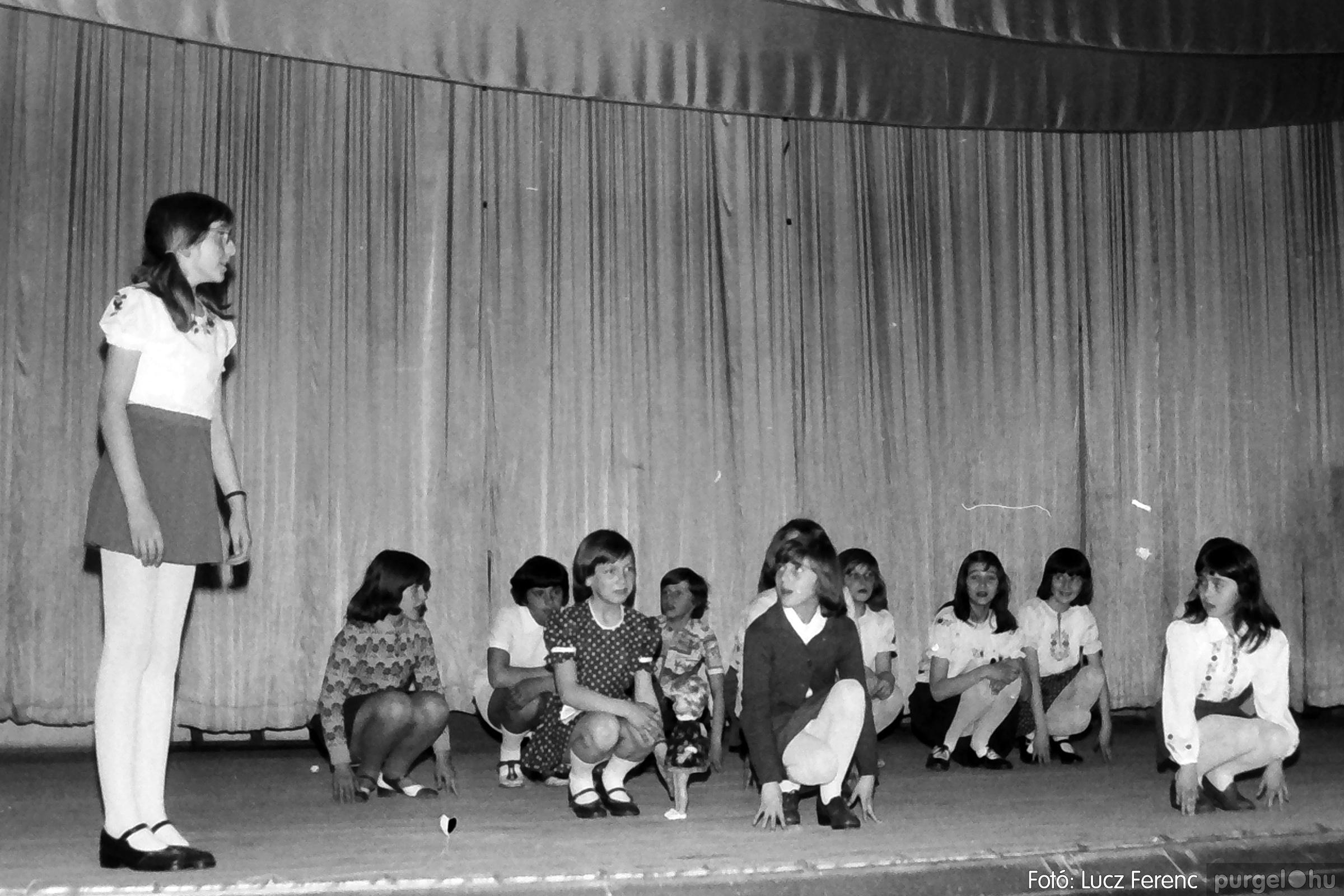 077. 1977. Iskolások fellépése a kultúrházban 027. - Fotó: Lucz Ferenc.jpg