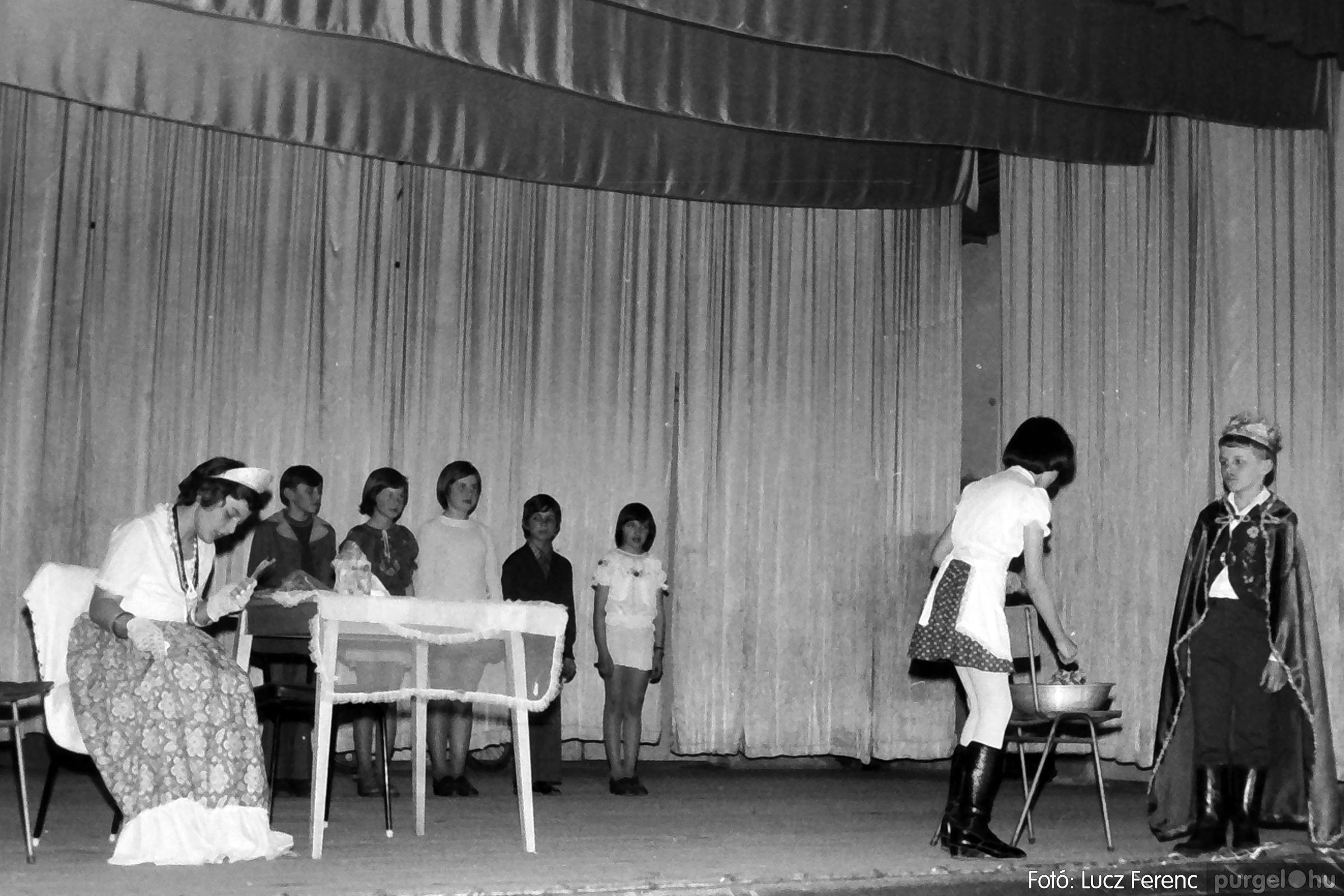077. 1977. Iskolások fellépése a kultúrházban 026. - Fotó: Lucz Ferenc.jpg