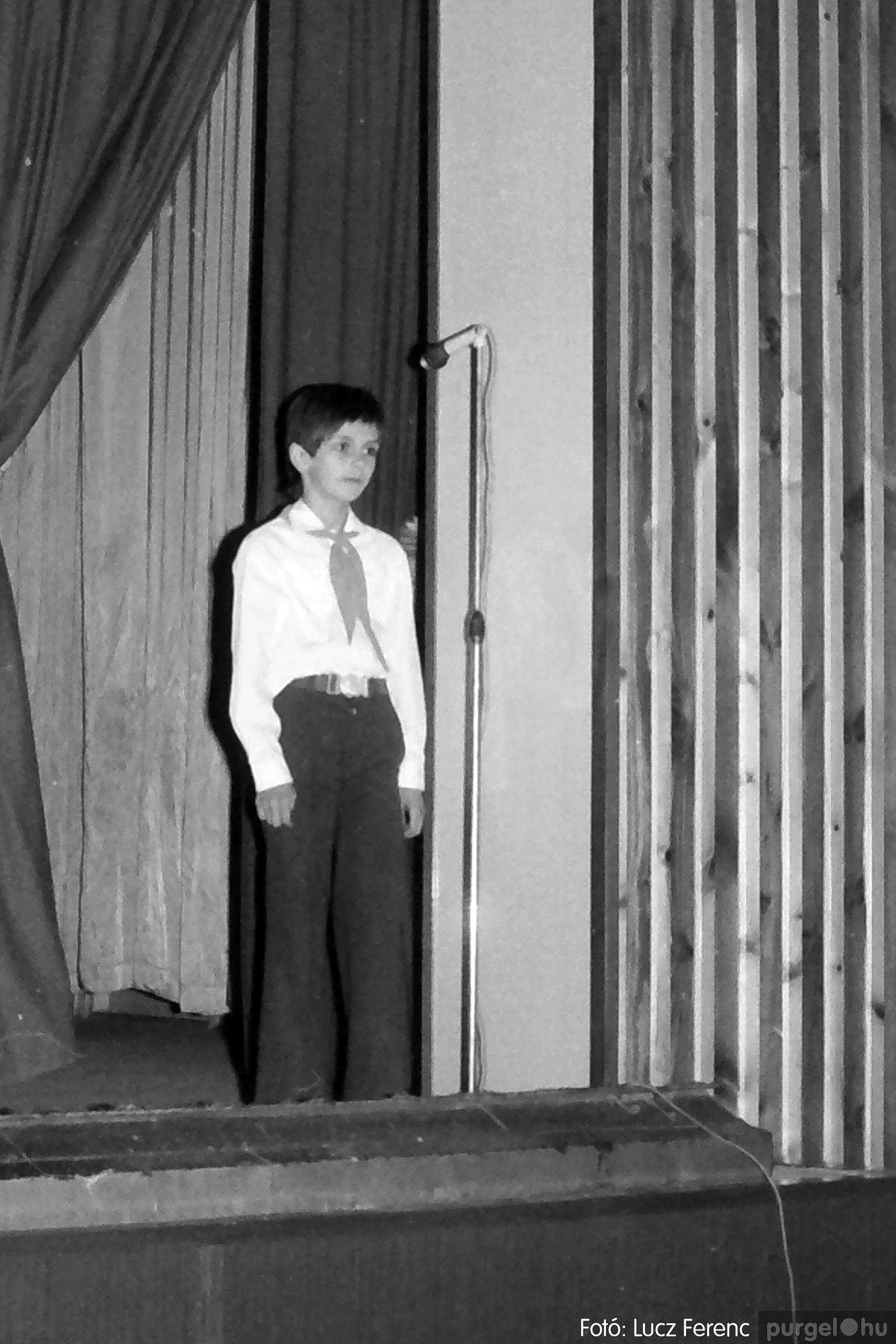 076. 1977. Iskolások fellépése a kultúrházban 018. - Fotó: Lucz Ferenc.jpg
