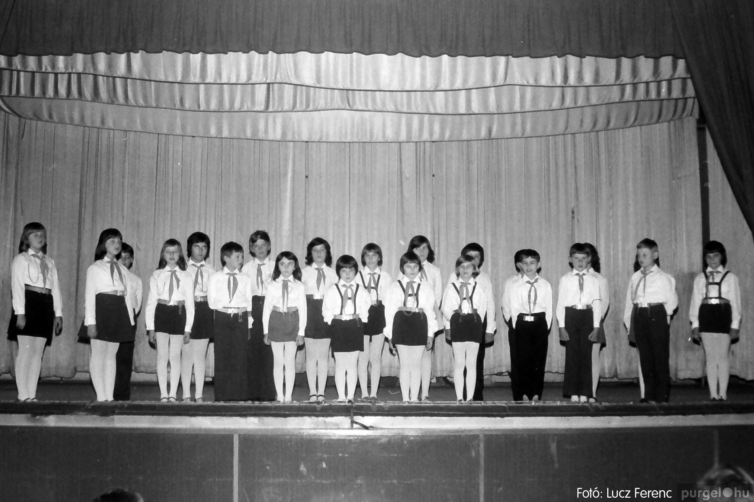 076. 1977. Iskolások fellépése a kultúrházban 010. - Fotó: Lucz Ferenc.jpg