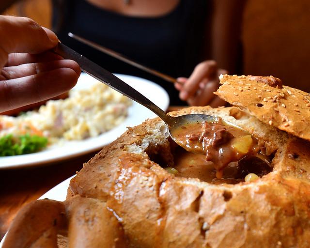 Goulash en pan en el restaurante Pivnice Štupartská de Praga