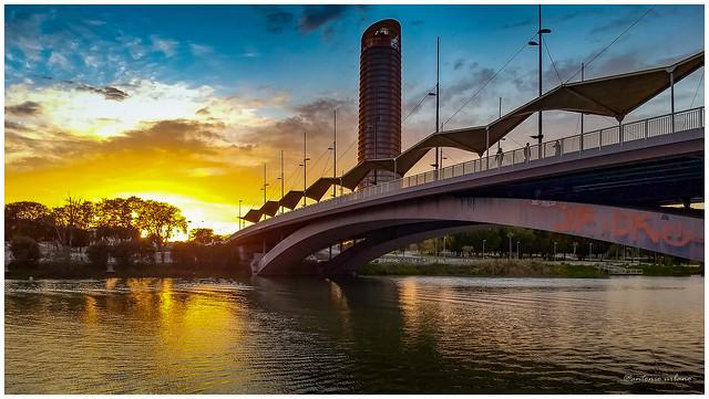 Puente del Cachorro y Torre Sevilla al atardecer // Cachorro bridge and Seville Tower at sunset