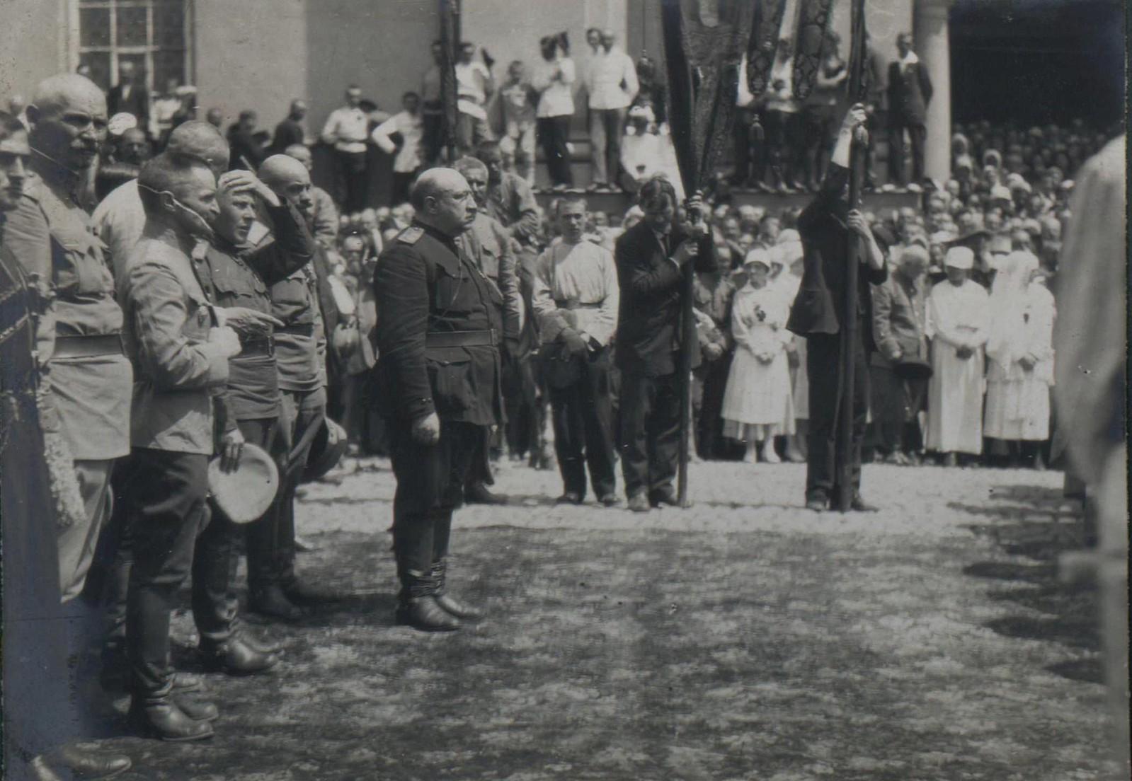 150. 1919. Генерал В.З. Май-Маевский и генерал А.П. Кутепов на панихиде по павшим воинам в Харькове, июнь.