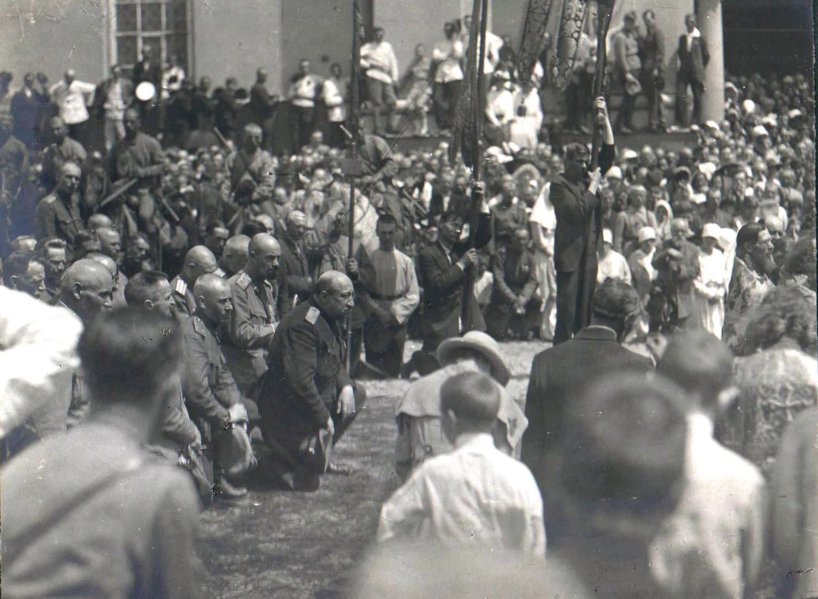 151. 1919. Генерал В.З. Май-Маевский и генерал А.П. Кутепов на панихиде по павшим воинам в Харькове, июнь