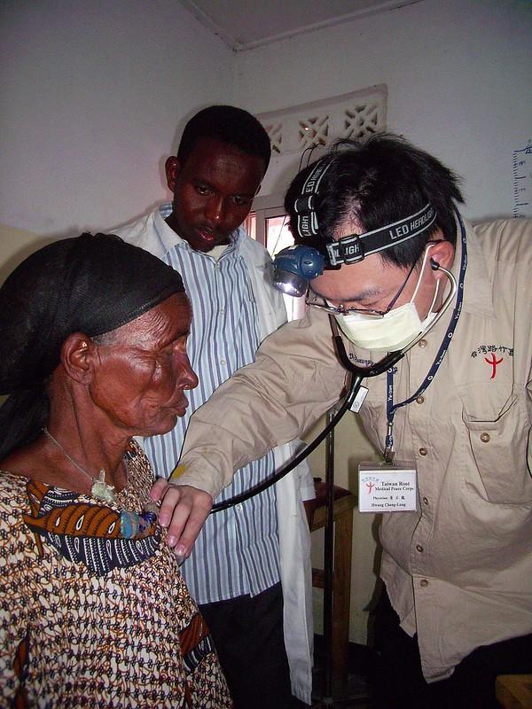 路竹會義診醫師為居民聽心音。圖_台灣路竹會提供jpg