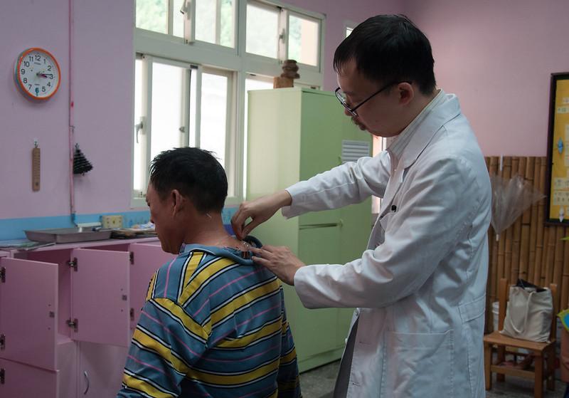 除了西醫,醫服隊也進行中醫義診、拔罐。圖/蕭惟先提供。