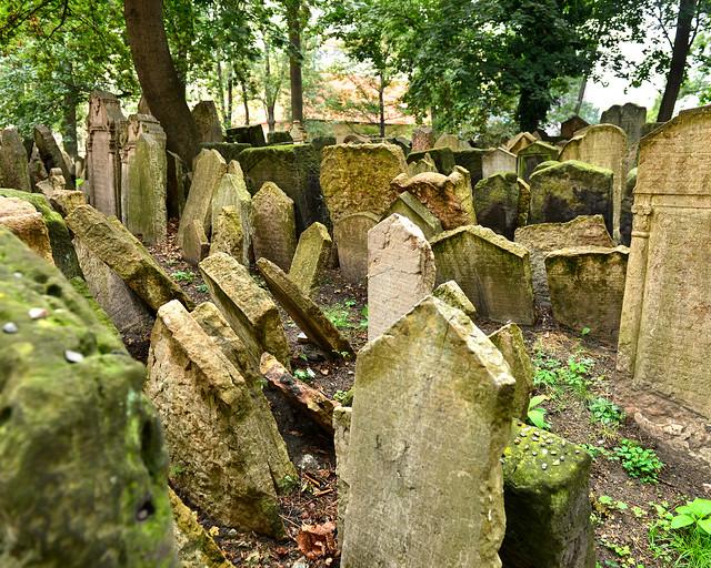 Montaña de lápidas en el cementerio judío de Praga