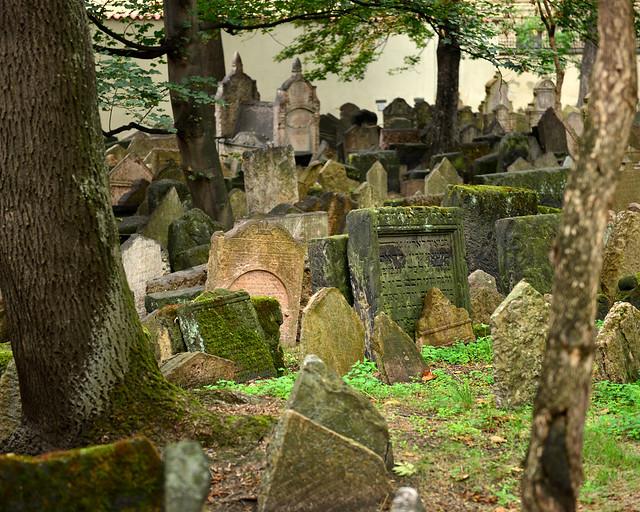 Lápidas apiladas en el cementerio judío de Praga