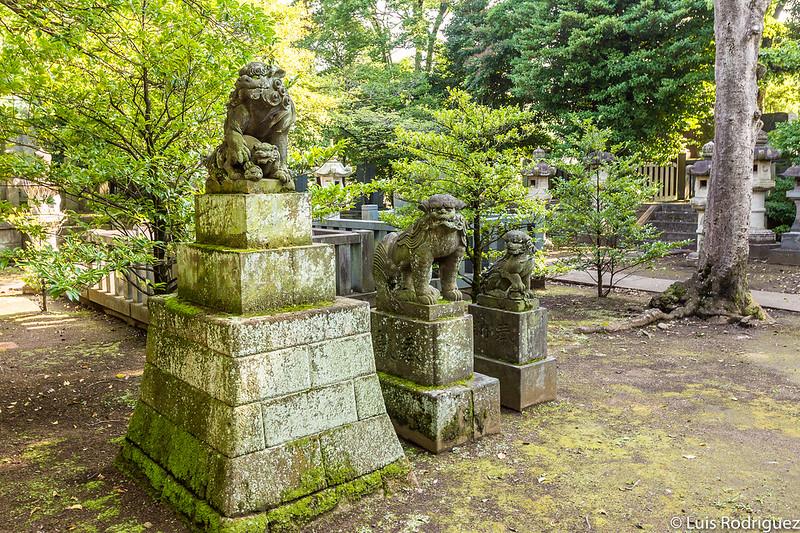 Komainu en el cementerio de Aoyama