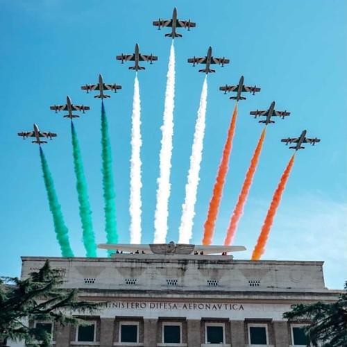 ROMA ARCHEOLOGICA & RESTAURO ARCHITETTURA 2021. Buon compleanno - Frecce Tricolori in volo sopra i cieli della Capitale per i 98 anni dell'Aeronautica Militare. ROMA TODAY (30/03/2021). Foto: tania_camboni83 & newromefreetour; in: Instagram (30/03/2021).