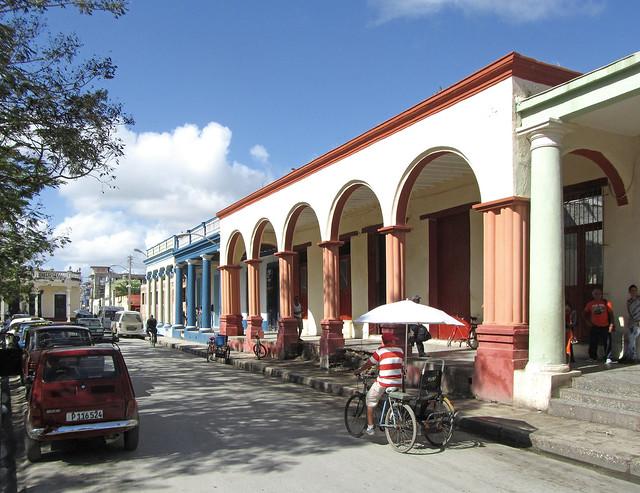 Holguin - Edificios comerciales Luz Caballero
