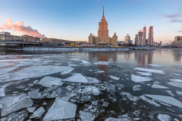 Smoke, Moon and Ice Plates. Moscow, Russia. Feb.2021 (0U4A0326)