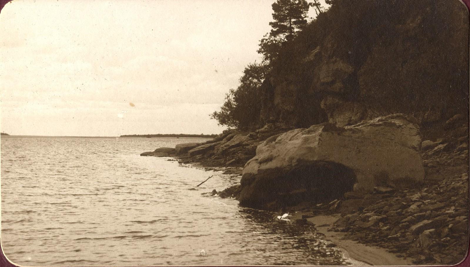 Вид скалистого берега реки Зеи у Кордона.
