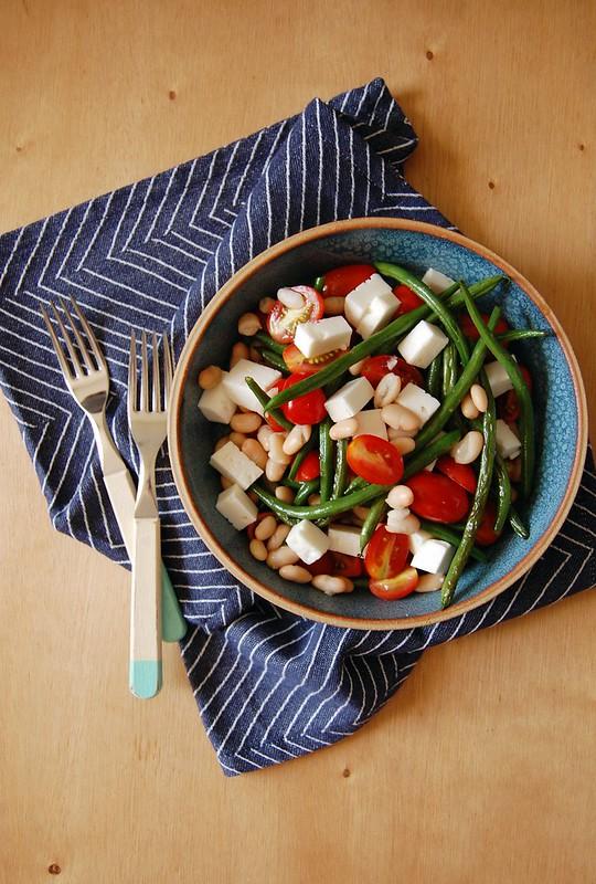 Salada de vagem, tomate, feta e feijão branco