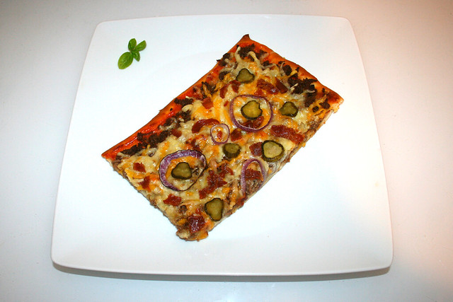 22 - Bacon Cheeseburger Pizza - Served / Serviert