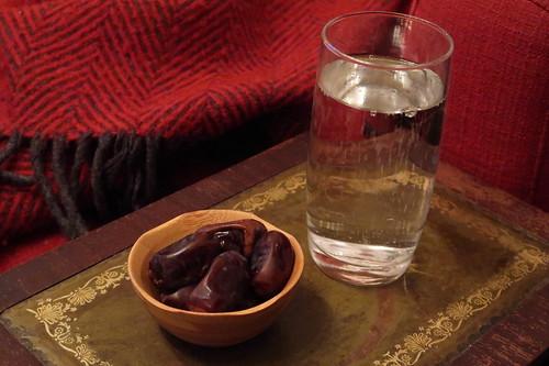 Gesprudeltes Wasser und Mazafati Datteln