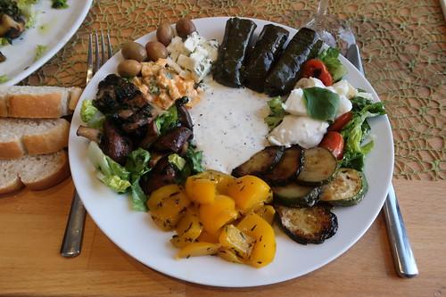 Mein Teller mit mediterranen Leckereien bzw. Antipasti zum Baguette