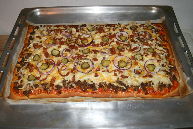 21 - Bacon Cheeseburger Pizza -  Finished baking / Fertig gebacken