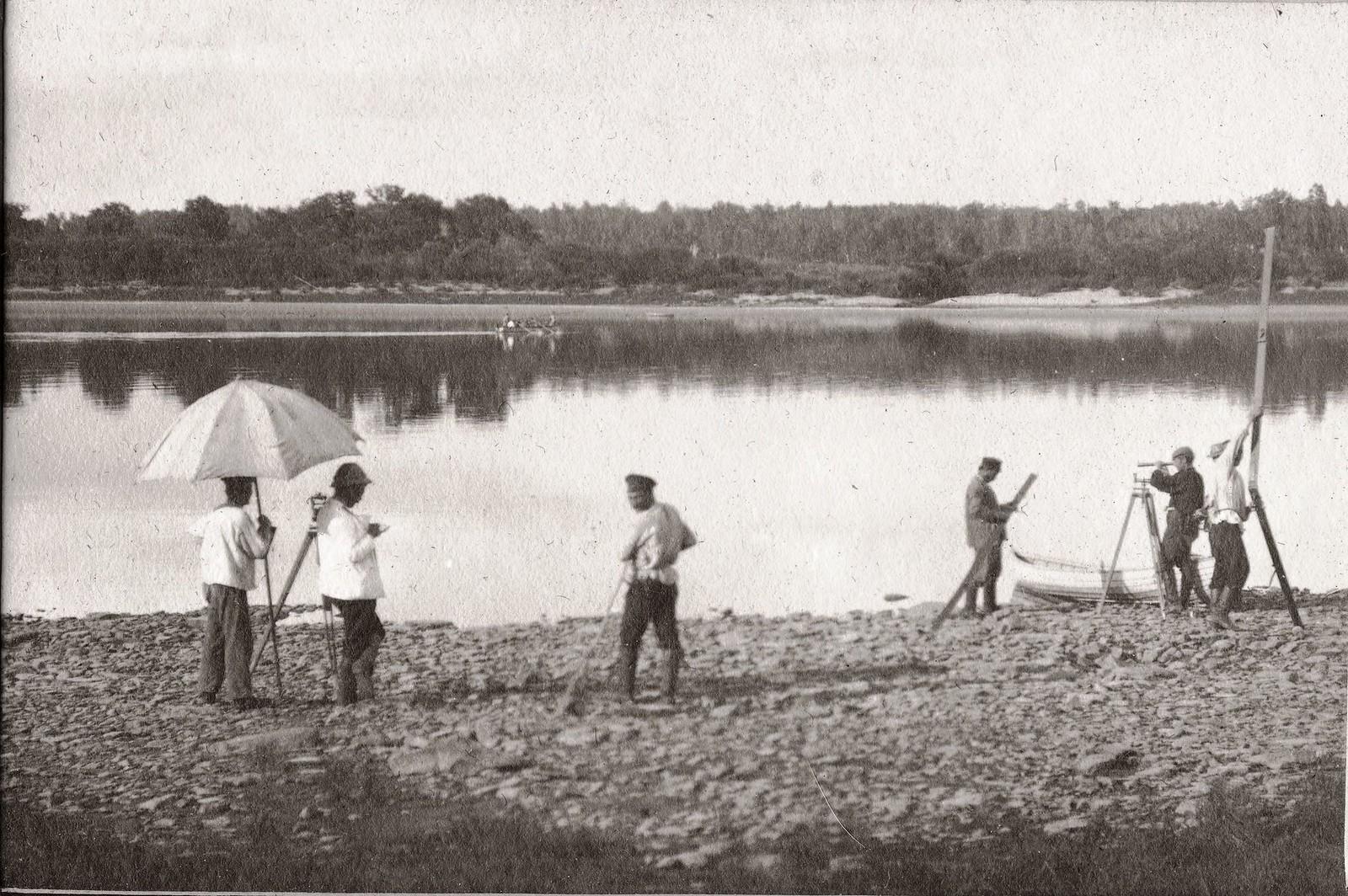Проведение нивелировки на берегу реки Зеи.