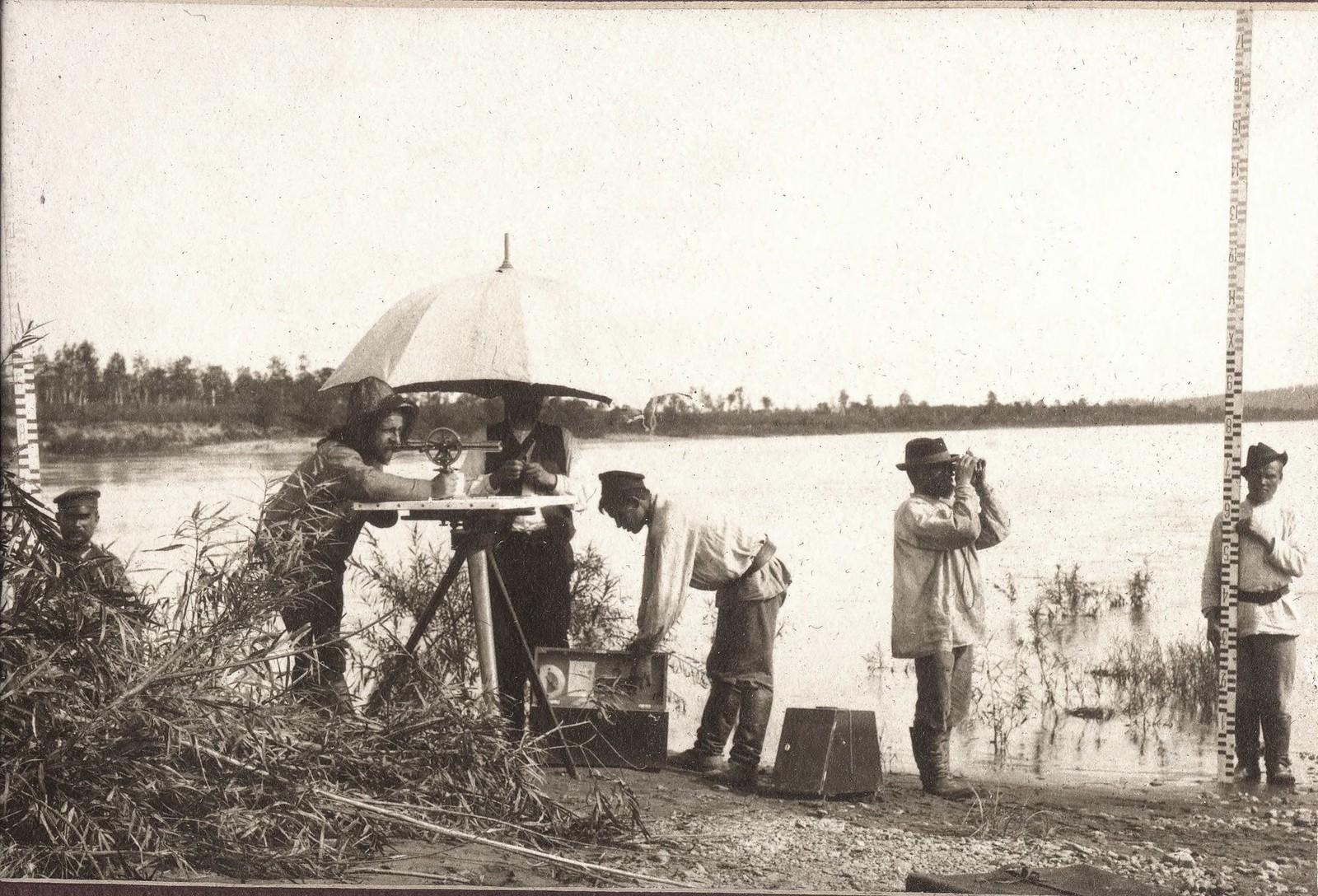 Проведение мензульной съемки на берегу реки Зеи.