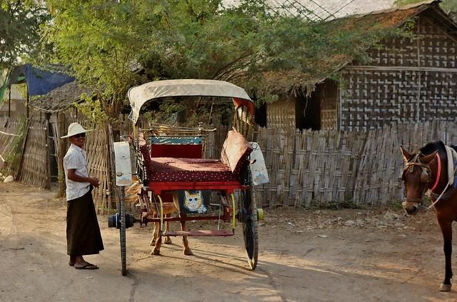 MYANMAR , Burma - Old-Bagan, mit der Pferdekutsche durch die ländlichen Vororte, zu den historischen Stätten, MYANMAR, Burma - Old-Bagan, by horse-drawn carriage through the rural suburbs to the historic sites, 78260/13523