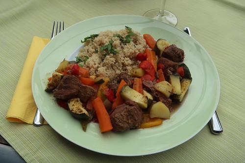 Teller mit Lamm auf marokkanische Art zu Couscous