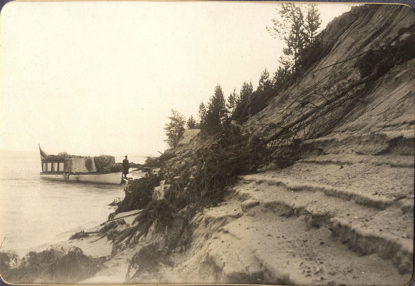 Вид осыпающегося песчаного правого берега реки Зеи