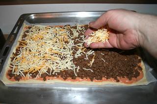 18 - Dredge with cheese / Käse aufstreuen