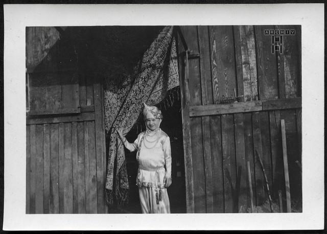 ArchivTappen23AAl2h262 Mädchenporträt, Spiel im Gebäude-Schuppen, Frankreich, 1920-1930er